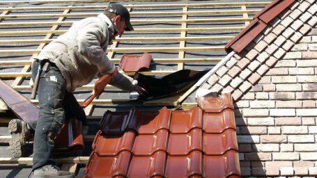 """Das Dachdeckerhandwerk und die Ziegelindustrie schlagen deshalb ein """"Eine-Million-Dächersanierungsprogramm"""" vor."""
